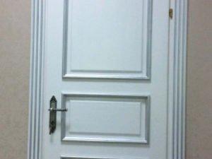 Дверь классическая D2 из массива карагача. Цвет белый