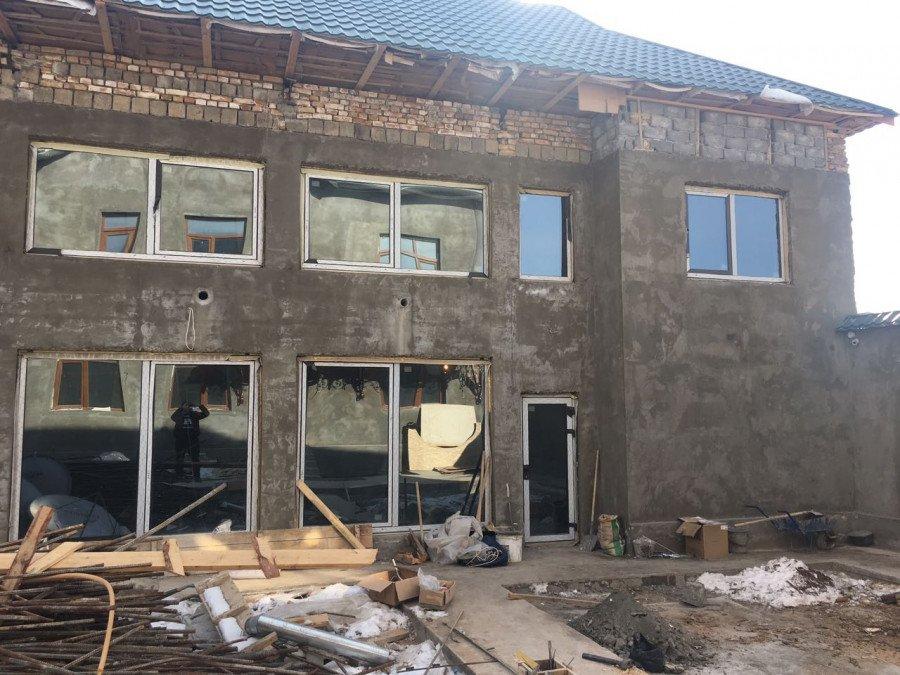 Окна в двухэтажном доме